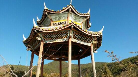 Ninglang County, China: 泸沽湖边上的观景亭
