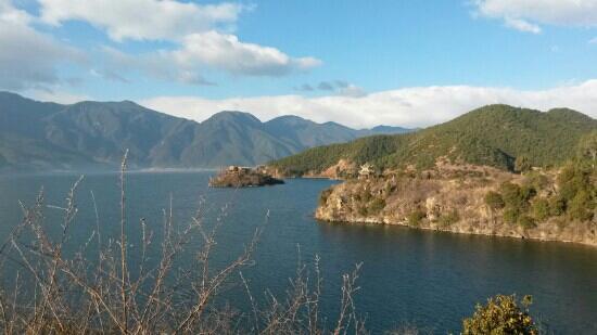 Ninglang County, China: 蓝蓝的水,小小的岛
