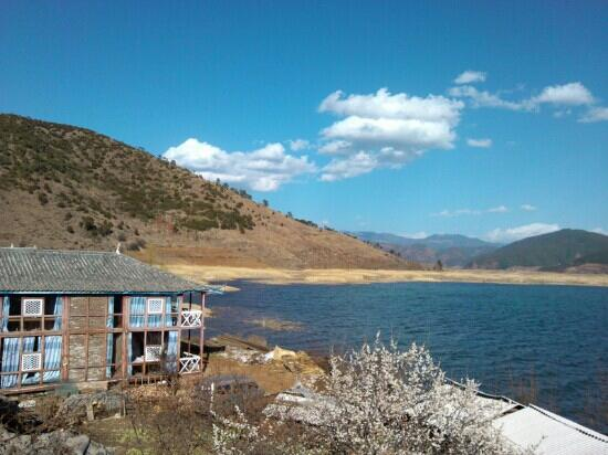 Lige Village: 湖边的里格村的房屋