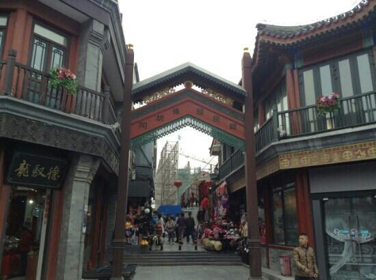 Qianmen Main Street Mall: 前门商业街上的胡同