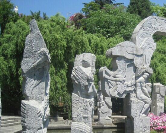 Nanzhao Customs Island: 南诏风情岛上的石刻建筑