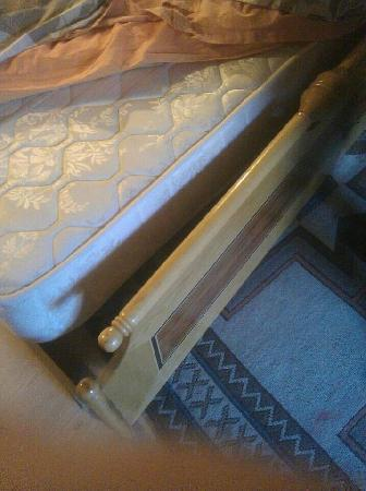 Coco Cave Hotel & Pension: 单人间双人床的床尾照片