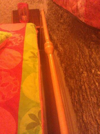 Coco Cave Hotel & Pension: 单人间双人床的床头照片