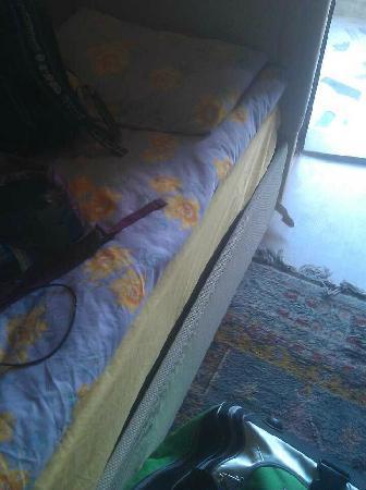 Coco Cave Hotel & Pension: 家庭四人间,进门就是两张床,而且是这种烂床