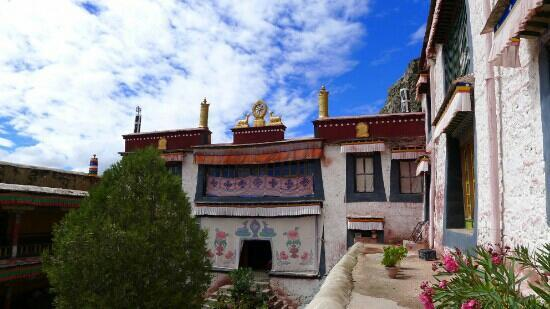 Xinghai County, China: 蓝天白云下的赛宗寺