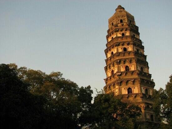 Cloud Rock Leaning Pagoda (Yunyan Ta): 云岩寺塔