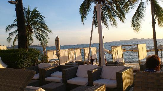 Pullman Pattaya Hotel G: 沙灘邊