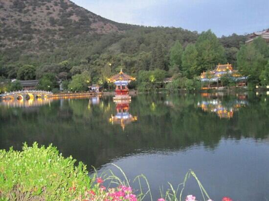 Black Dragon Pond Park: 丽江夜暮下的黑龙潭公园