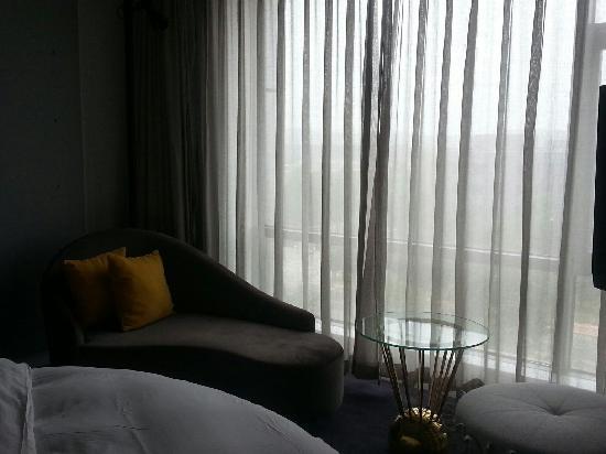 Cineaste Garden Hotel: 窗边的贵妃榻