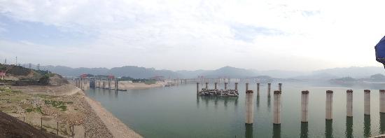 Three Gorges Dam Project: 三峡大坝上游,没有涨水的时候看起来真没什么气势