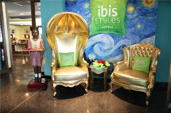 Ibis Styles Chiang Mai : 大堂一处休息椅