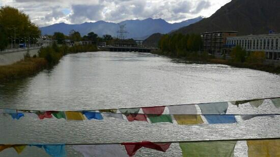 Shigatse, China: 夕阳下平静的年楚河