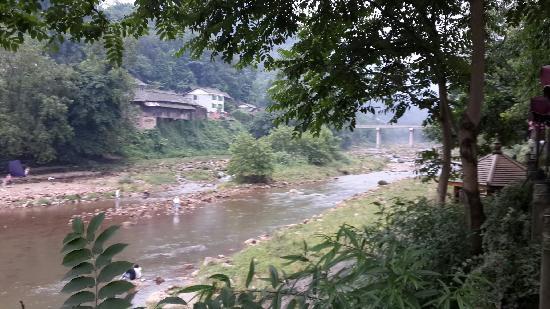 Liujiang Ancient Town: 空气清新,河水清凉,氛围不错,