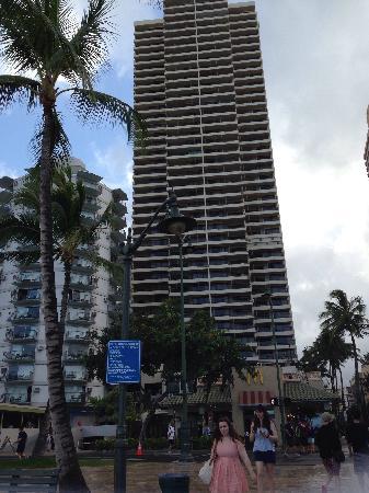 Aston Waikiki Beach Tower: 酒店楼下就是麦当劳,the n eggs,吃饭很方便,离钻石山恐龙湾也相对近,购物离DFS和Macys也不远是吃喝玩乐比较理想的位置。