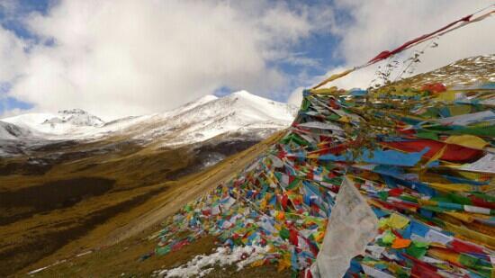 Benri Mountain: 经蕃飘扬的苯日神山