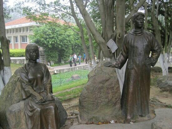 Zhongshan Park: 中山公园里的塑像