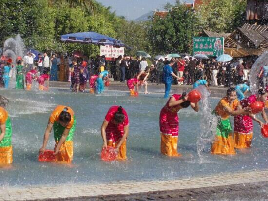 Xishuangbanna Dai Nationality Garden: 傣族园里的泼水活动