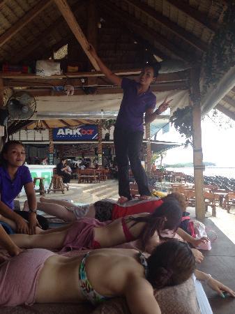 Ark Bar Beach Resort : 这个酒店太赞了!整个查文海滩就这家最热闹!晚上都是party