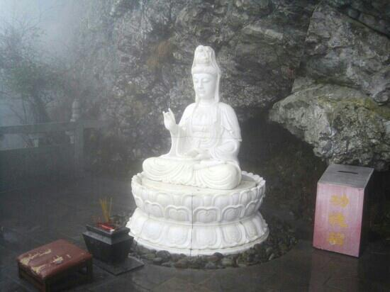 Mount Fanjing : 梵净山半山腰的观音像