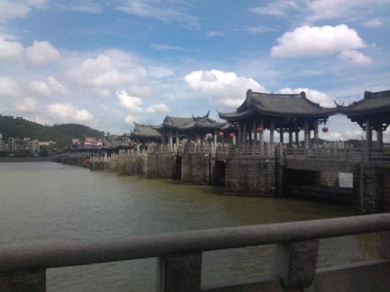 Chaozhou Binjiang Gallery: 湘子桥远景