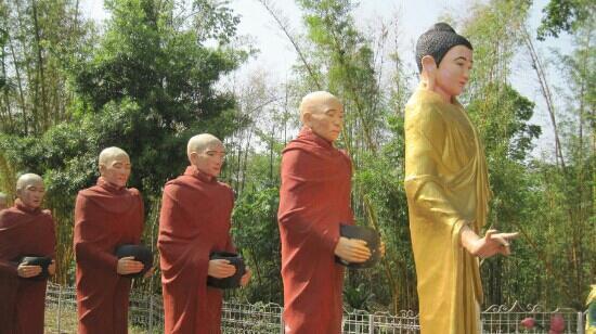 Mangshi, Kina: 菩提寺里的塑像