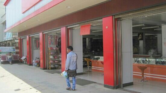Ruili, China: 挨个全是珠宝店