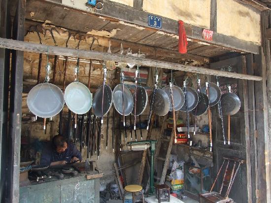 Baisha Ancient Town : 白沙古镇里的铜器商铺