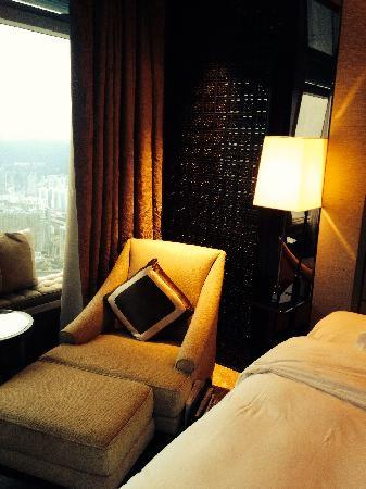 The Ritz-Carlton, Hong Kong: 圆方逛累了,上来躺一会,咖啡机让n满室飘香
