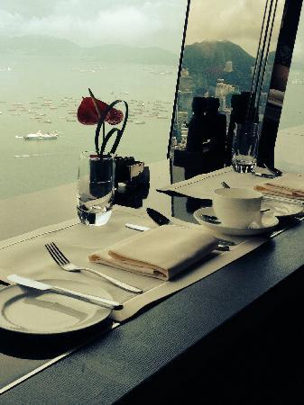 The Ritz-Carlton, Hong Kong: 早餐选择靠窗位置,无敌海景,备有望远镜可供眺望,美不胜收!