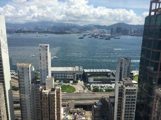 Best Western Hotel Harbour View Hong Kong: 顶楼游泳池看维港