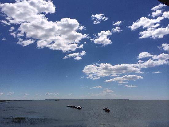 Hulun Lake: 阳光下的呼伦湖