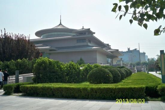 Xi'an Museum: 雨小雁塔一墙之隔