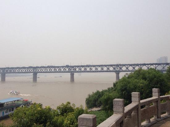 Wuhan Yangtze River Bridge: 远处的长江大桥