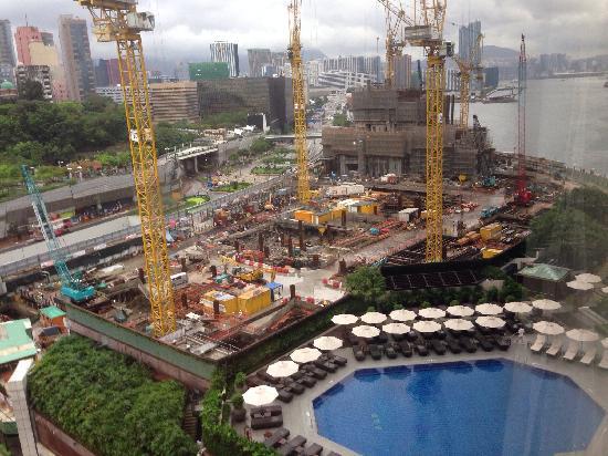 InterContinental Hong Kong: 豪华园景房里俯瞰酒店泳池