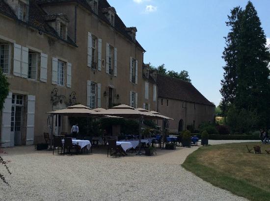 Chateau de Vault-de-Lugny : 古堡花园餐厅远景