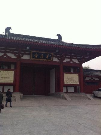 Huaqing Hot Springs: 大门外的样子
