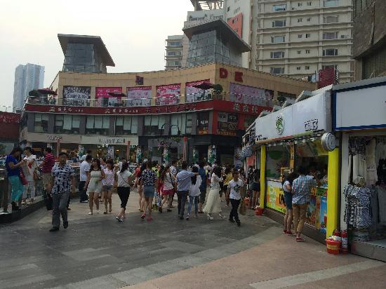 Jiaozuo, Kina: 人来人往的步行街