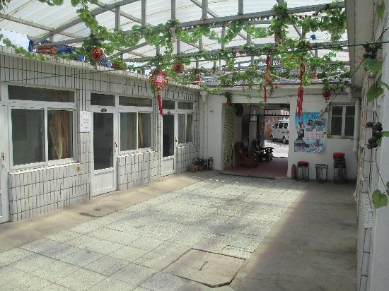 Yiming Guest House: \宾馆大院