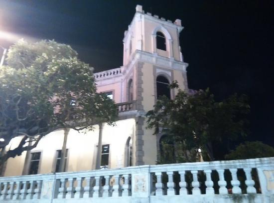 Guia Hotel: 酒店旁边的建筑(夜景)