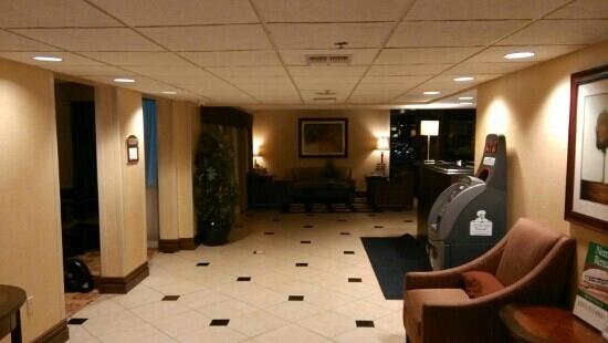 Holiday Inn Express Ramsey-Mahwah: 酒店大堂