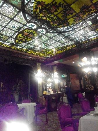 MaKe Xi Mu Restaurant (ChongWen Men): 大厅,彩色玻璃很带感