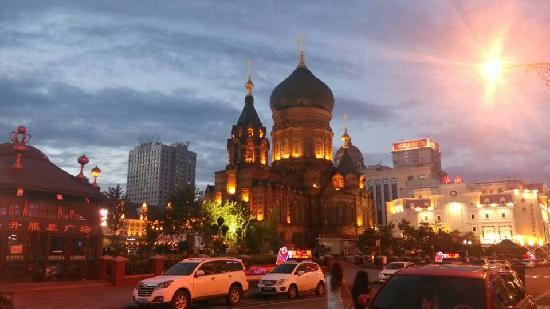 Sophia Square: 夜色中好美。没有印象中宏伟,但很精致。