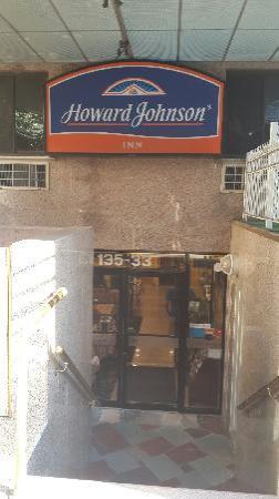 Howard Johnson Flushing: 酒店门脸很小,在半地下