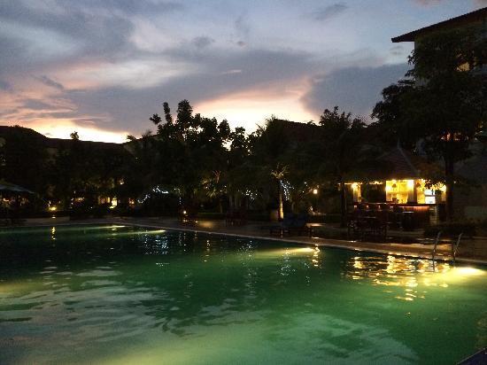 Paradise Angkor Villa Hotel: 夜景游泳池