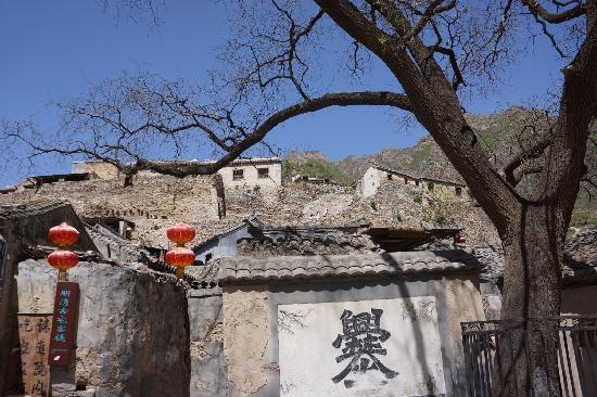 Cuandixia Village : 村口的大爨字