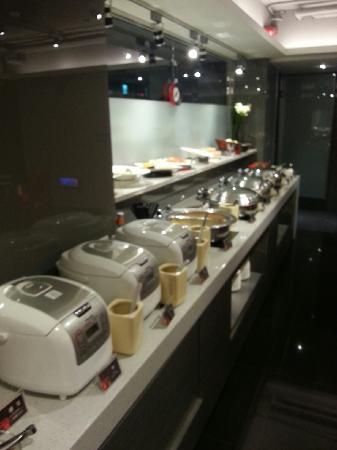 Hotel 73: 自助早餐