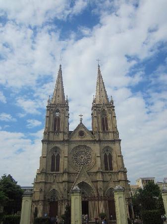 Sacred Heart Cathedral : 位于上下九附近,一德路的石室圣心教堂,真是气势恢宏,修建的很漂亮。是免费参观的,里面不允许拍照,但还是很多人拍照,大家可以看看教堂的外面,修建的很精美。