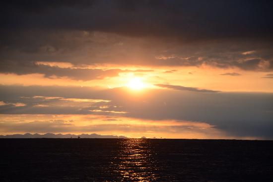 Lake Kokonor: 青海湖观日出。第一天从茶卡到达黑马河,住一家庭旅店。早上五点不到奔湖边看日出。人很多。