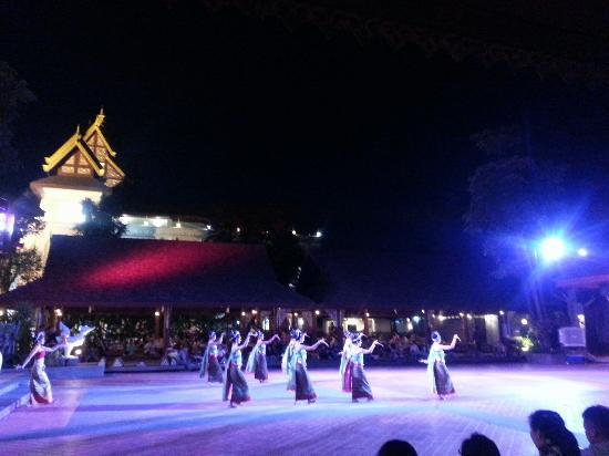 Khum Khantoke Chiangmai: 帝王餐,边吃边看表演。