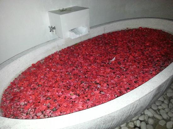 La Villa Mathis: 每晚管家为我们准备的浪漫花瓣澡